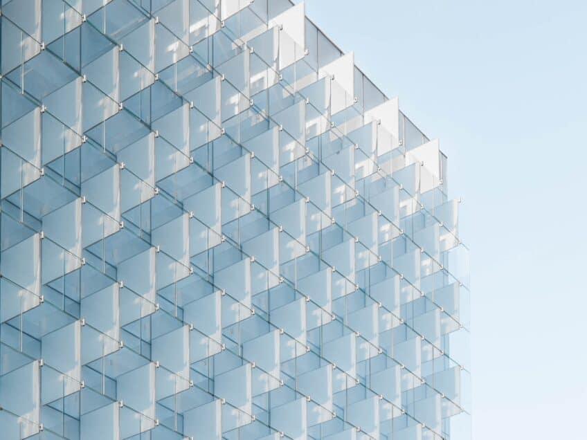 Gebäude mit Glaspanelen